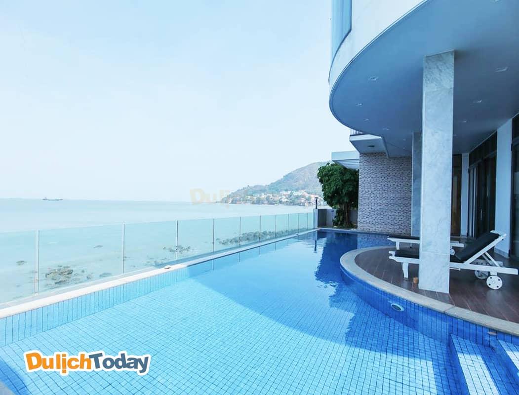 Bể bơi ngoài trời hướng ra biển của biệt thự