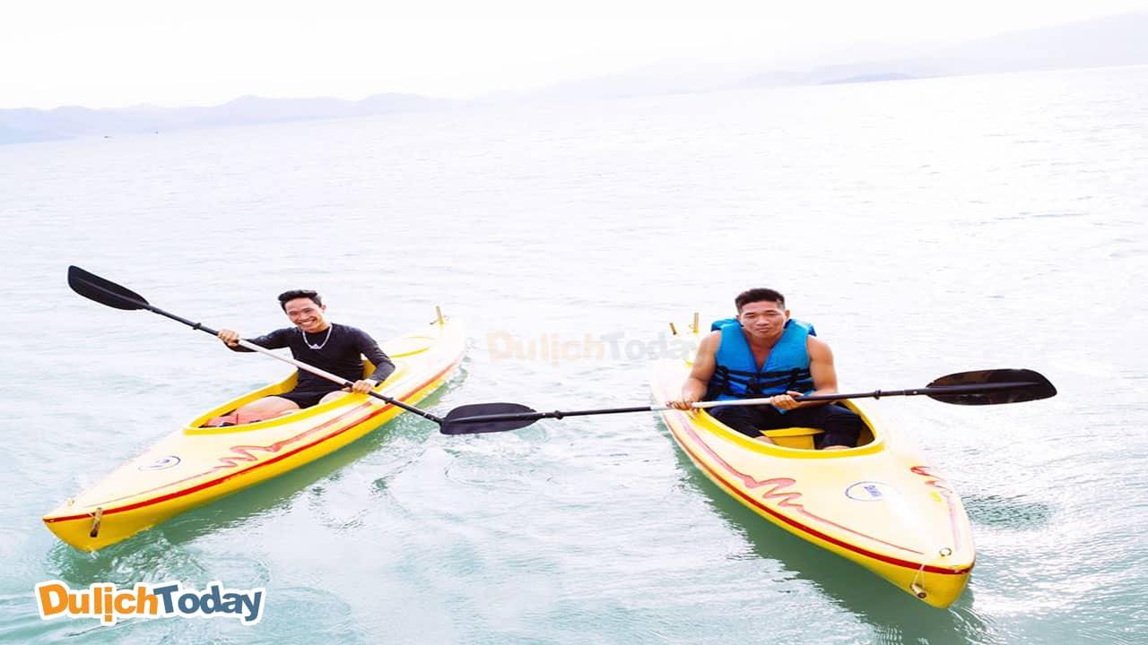 Chèo thuyền kayak cùng huấn luyện viên riêng của An Lâm resort