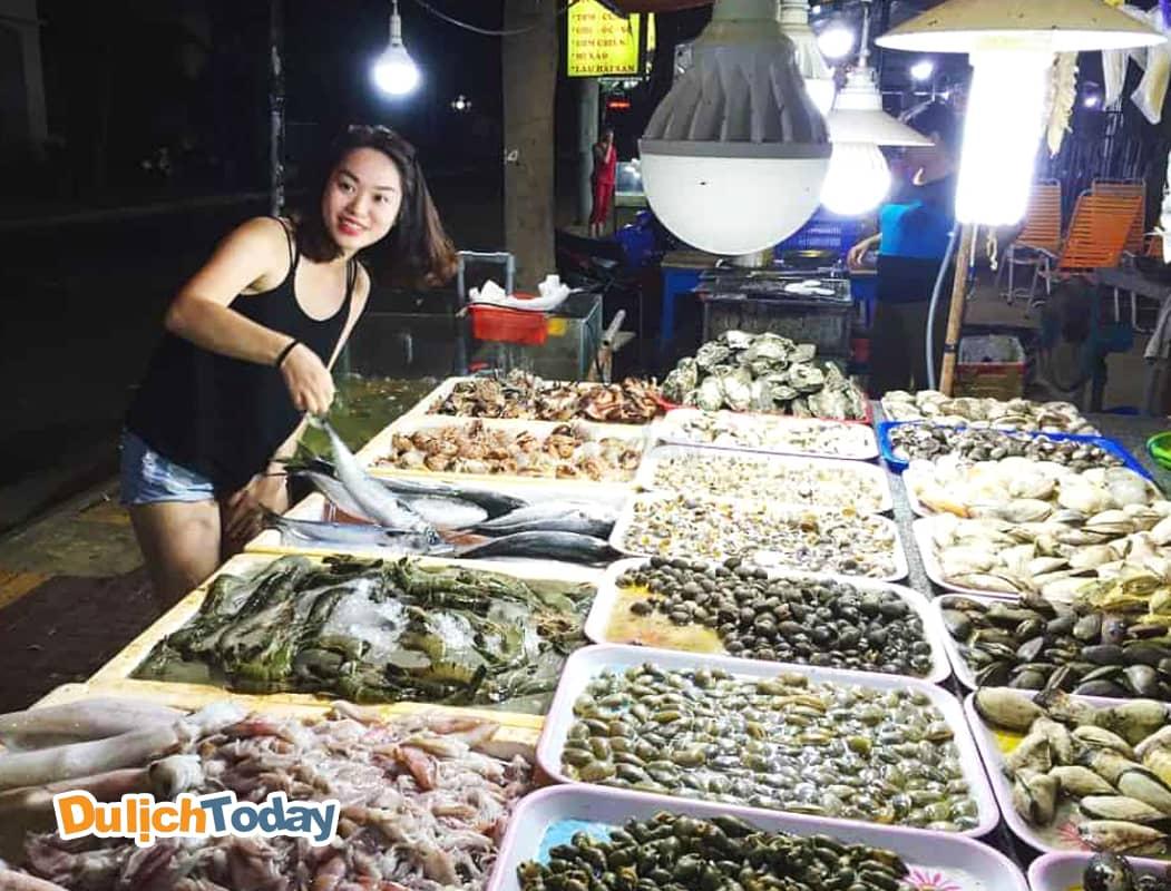 Tha hồ lựa chọn hải sản tươi tại chợ hải sản xóm Lưới