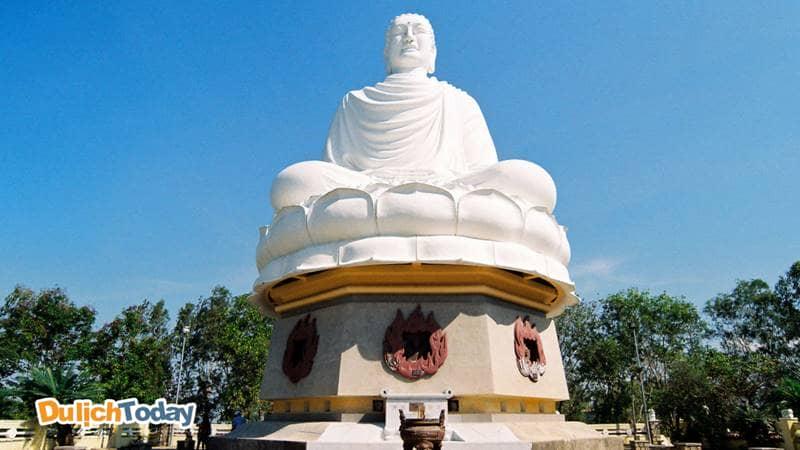 Tượng Phật trắng khổng lồ tại Long Sơn tự