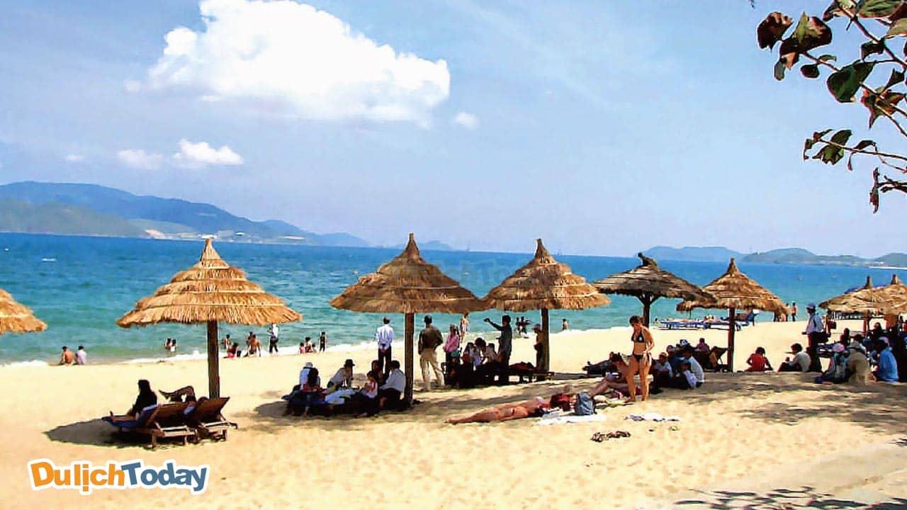 Hòn đảo Cô Tô xinh đẹp thuộc tỉnh Quảng Ninh có vẻ đẹp hoang sơ với những bãi cát dài, hàng cây bên bờ xanh mướt