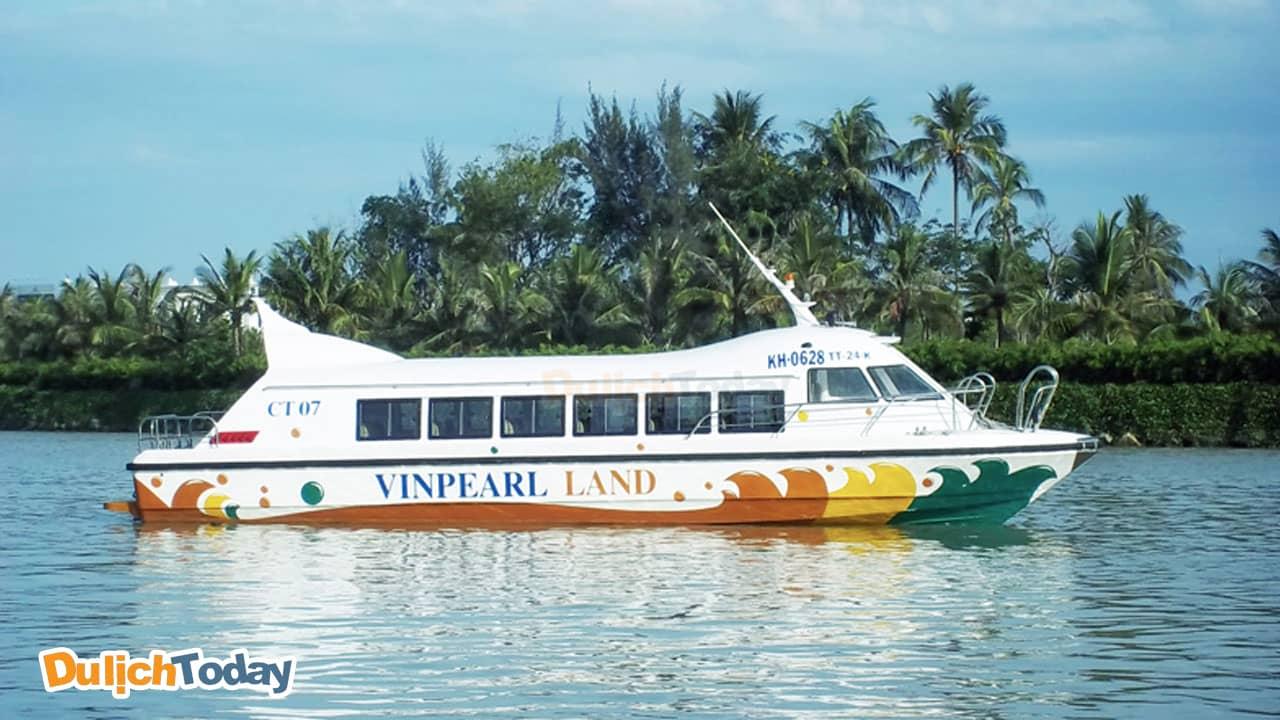 Tàu cao tốc có thể chở tới 30 người/ 1 lần ra Vinpearl Land Nha Trang