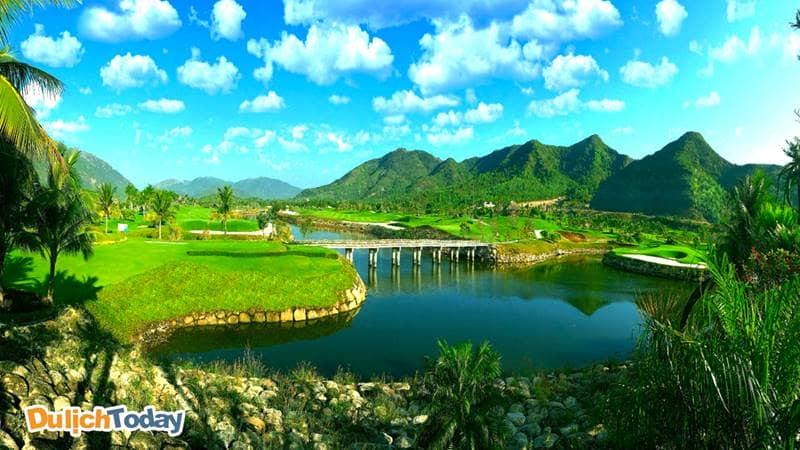 Diamond bay gorl & villas resort Nha Trang với quang cảnh núi non hùng vĩ