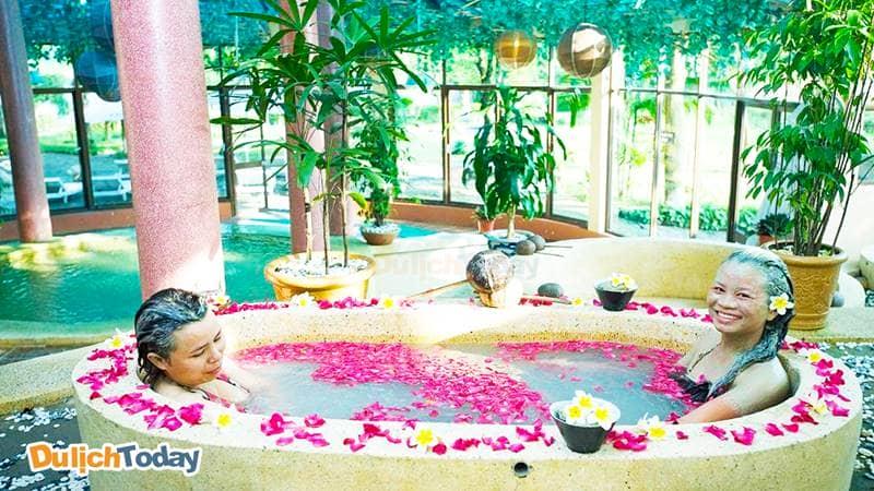 Dịch vụ tắm bùn khoáng ở Tản Đà Resort được lấy từ thiên nhiên