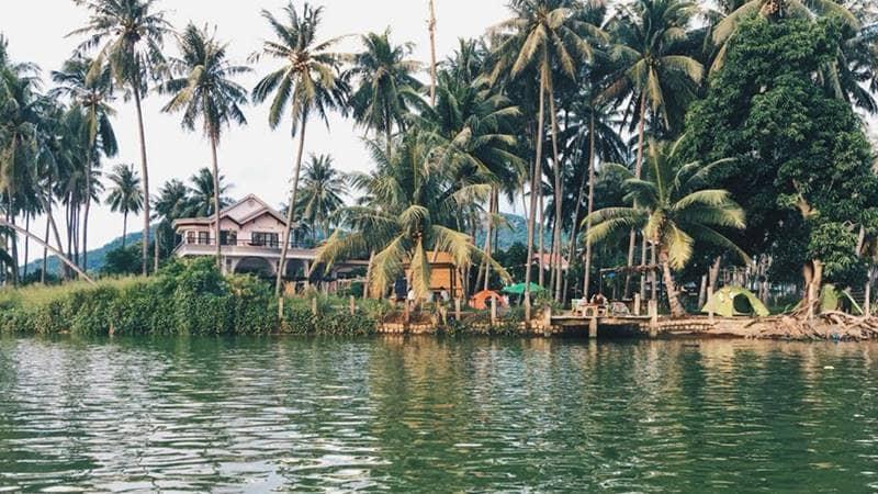 Homestay Nhà Bên Sông nhìn từ sông vào nhà