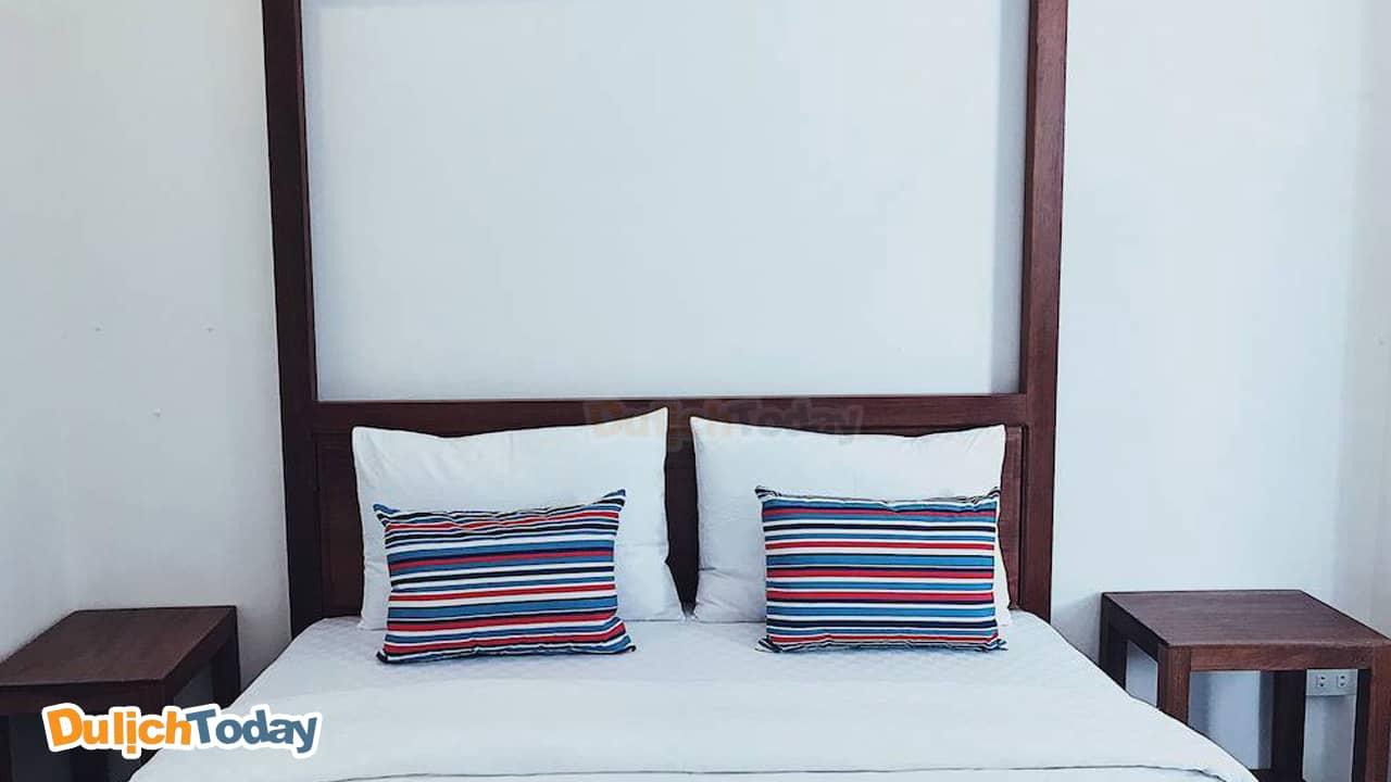 Phòng ngủ với gam màu trắng đơn giản