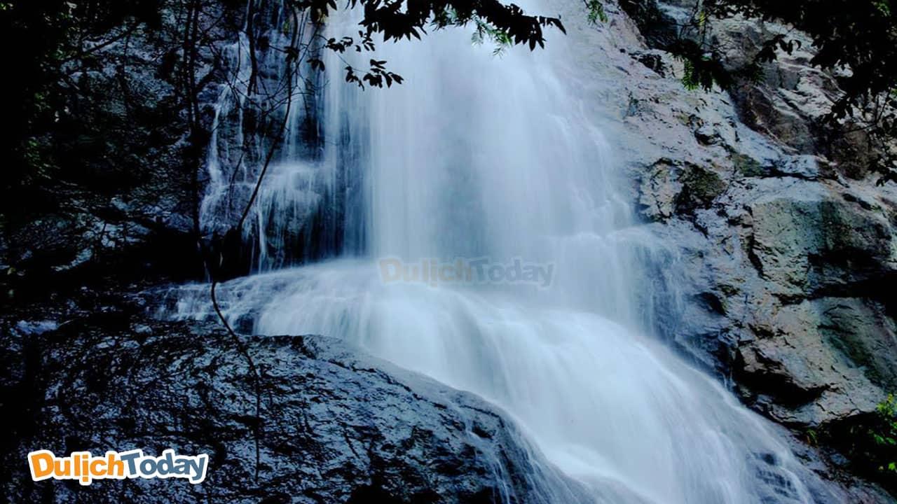 Núi cao cùng với thác nước chảy mạnh tại khu du lịch Suối Đá