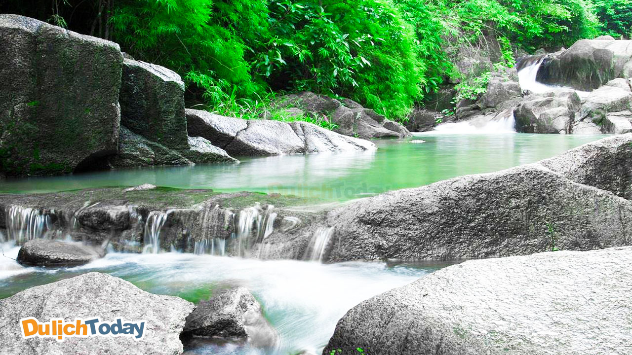 Hòa mình vào làn nước trong xanh, mát lạnh của khu du lịch suối Đá