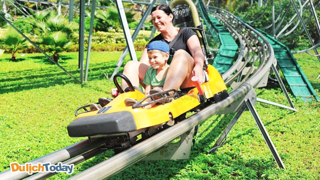 Vui vẻ cùng các con với trò tàu hỏa lên núi trong công viên giải trí Vinpearl Land Nha Trang