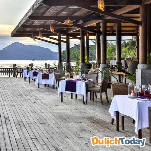 Nhà hàng Pillar tại L'Alyana với không gian lớn với hướng view 180 độ