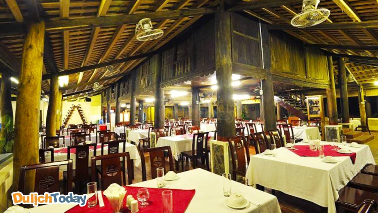 Nhà hàng Tản Đà với kiến trúc nhà sàn mang vẻ đjep bình dị, thân thuộc