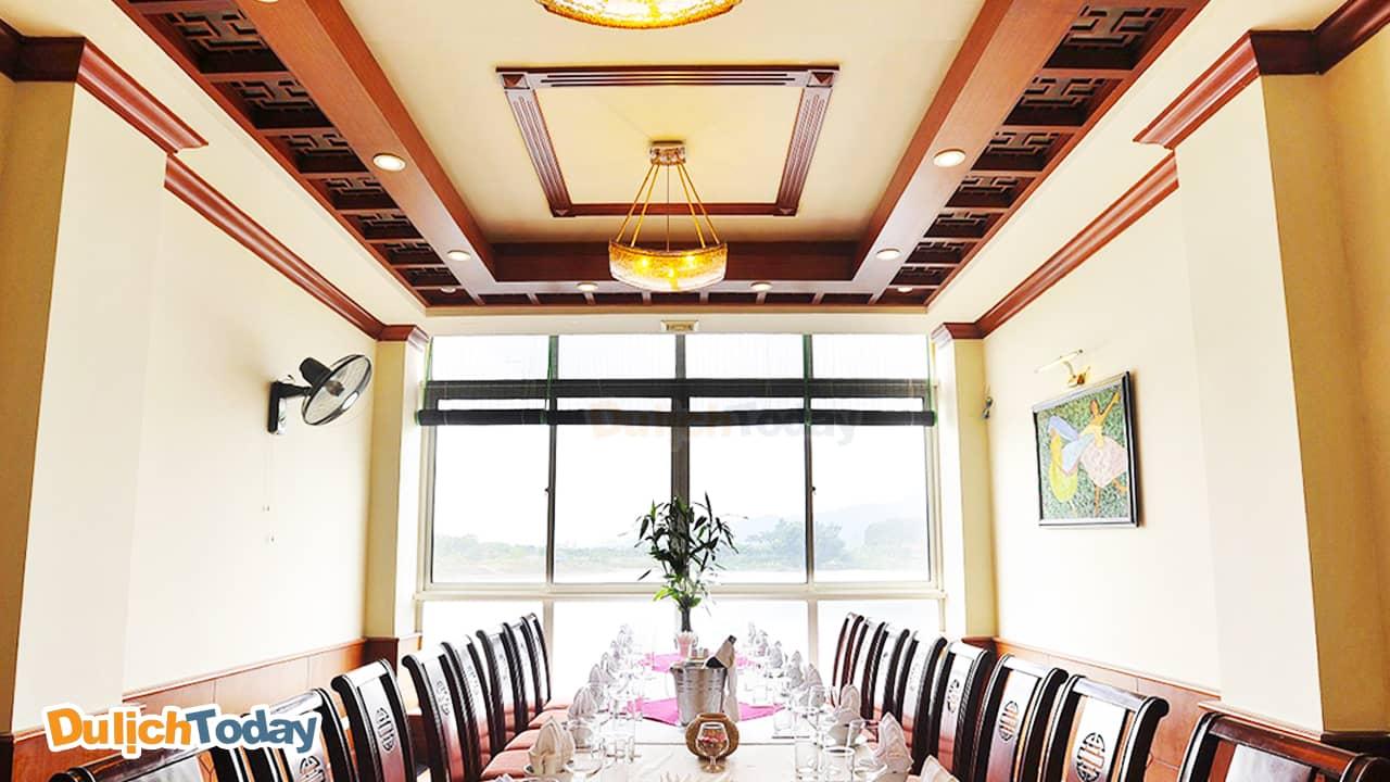 Nhà hàng Tản Viên có view nhìn ra hồ thơ mộng