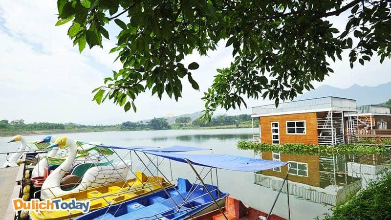Khu nhà Nổi ở Tản Đà Resort nổi bật trên mặt nước trong xanh