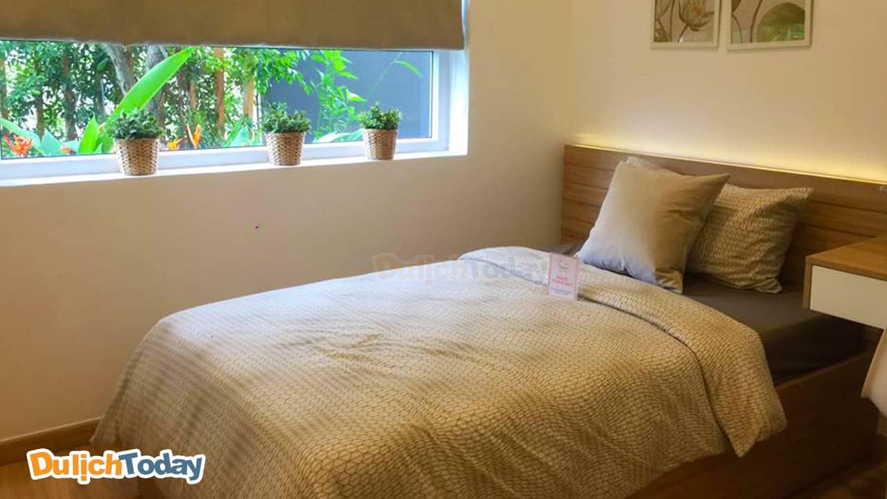 Phòng ngủ có cửa sổ hướng vườn tại Diamond bat resort Nha Trang