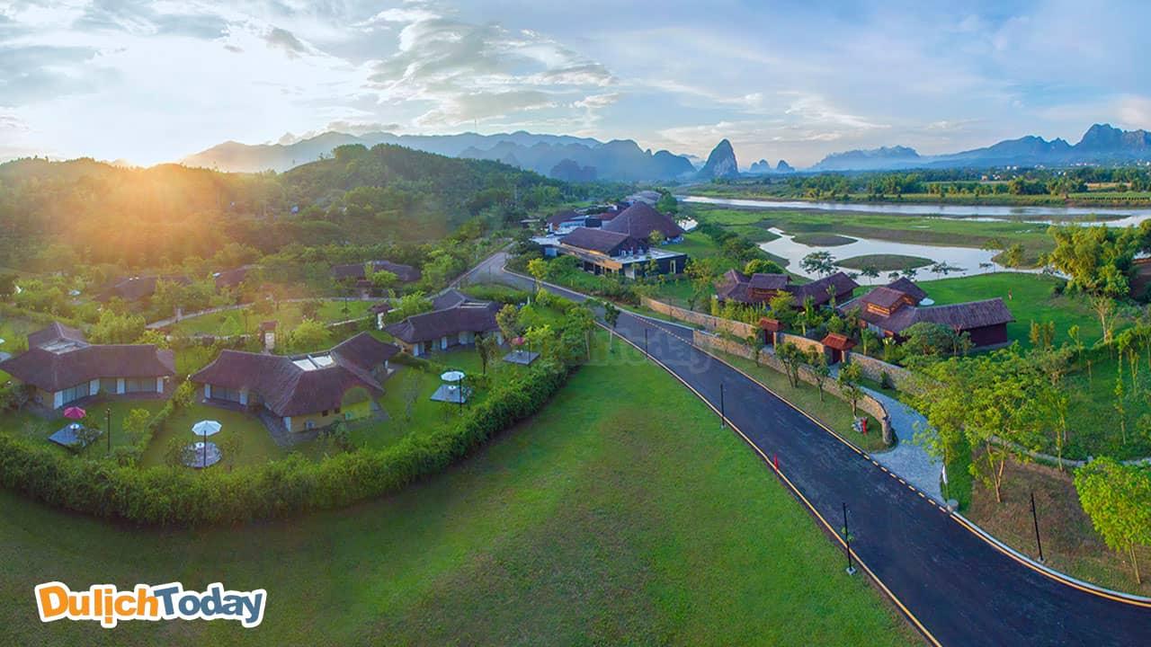 Serena Kim Bôi Resort nằm kề dòng sông Bôi với khung cảnh tuyệt đẹp