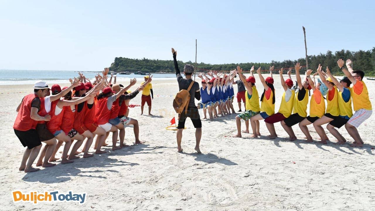 Với những bãi biển hoang sơ, thơ mộng trải dài nên đảo Quan Lạn rất thích hợp tổ chức du lịch teambuilding