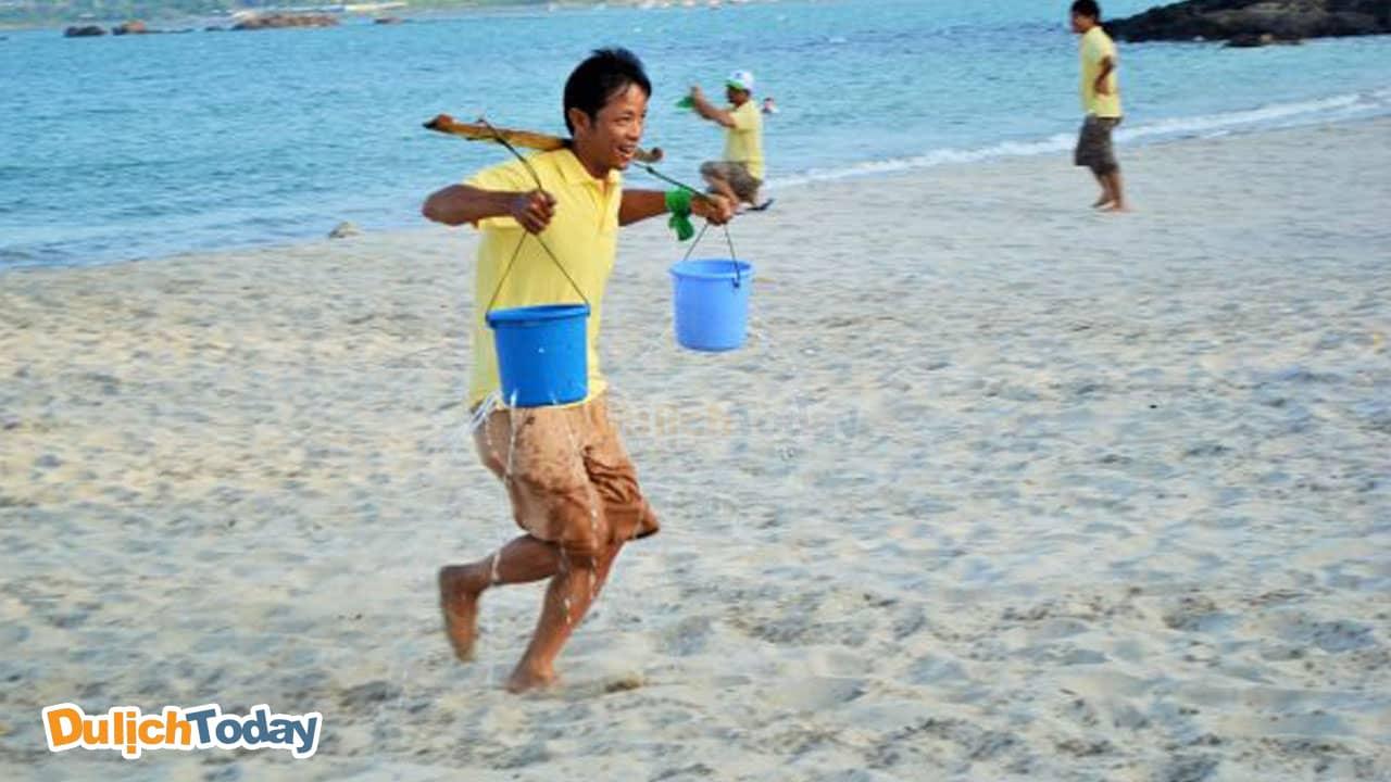 Trò chơi xách nước là trò chơi đồng đội ngoài trời, đòi hỏi sự đoàn kết của các thành viên