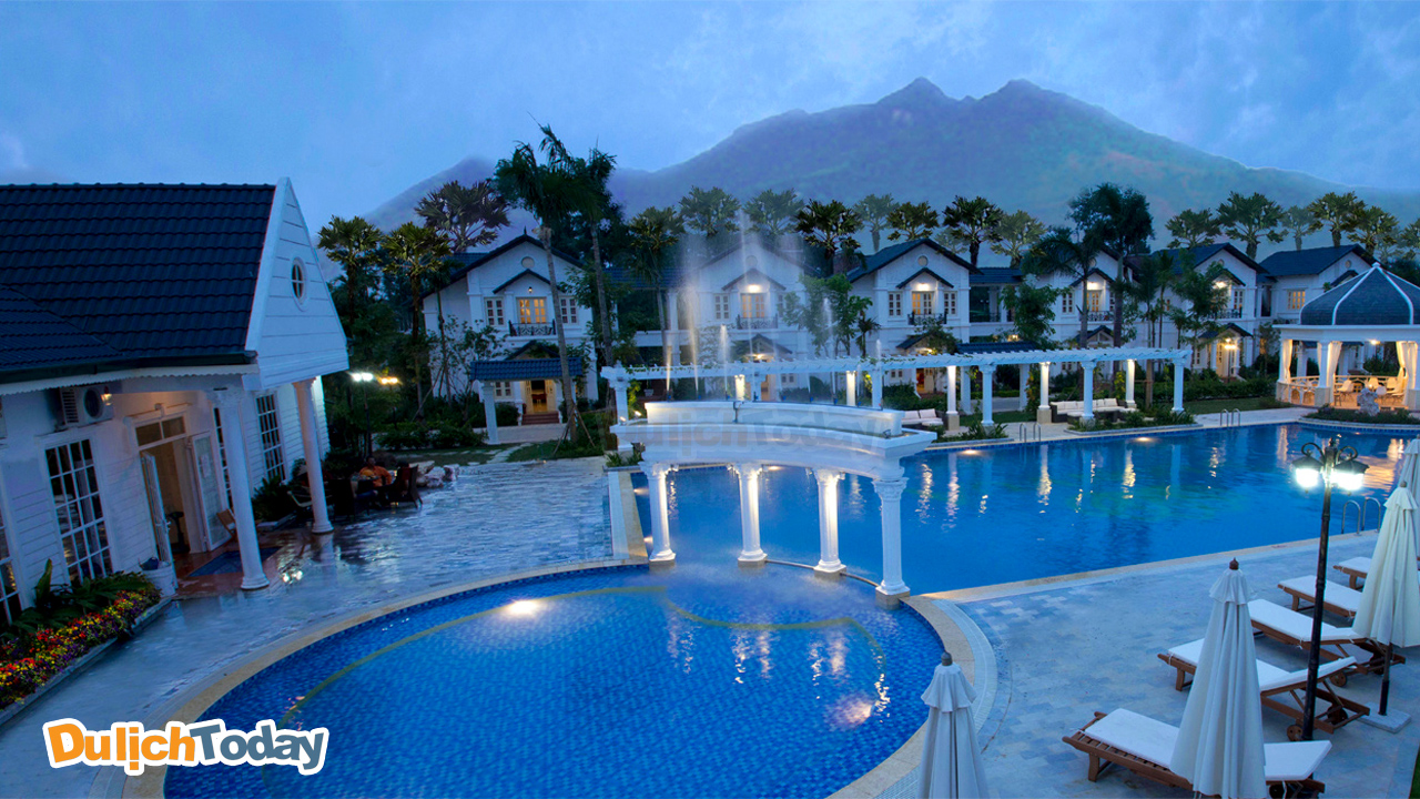 Vườn Vua Resort tọa lạc trên khu đất rộng gần 86 ha tại khu Vườn Vua, đầm sen Bạch Thuỷ