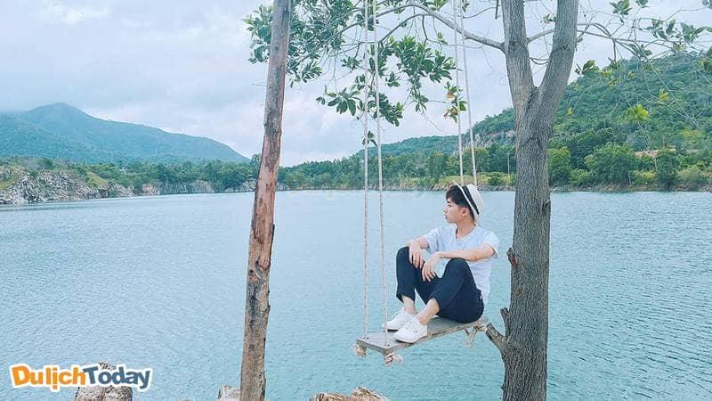 Không thể quên chụp ảnh tại xích đu khi đến hồ Đá Xanh Vũng Tàu
