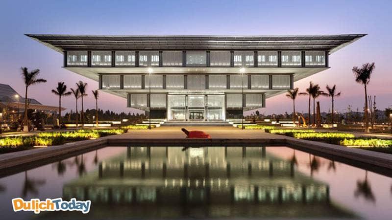 Kết cấu Bảo tàng Hà Nội giống như kim tự tháp ngược rất độc đáo và thu hút.