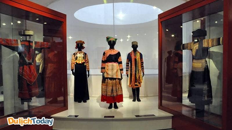 Khu trưng bày những trang phục truyền thống của phụ nữ dân tộc tại Bảo tàng Phụ nữ Việt Nam