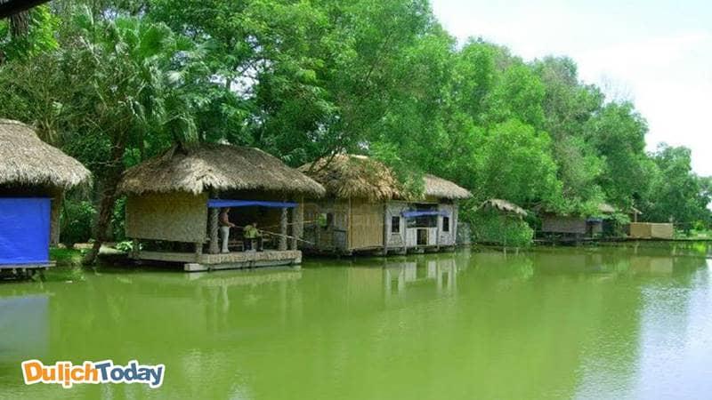 Khu du lịch sinh thái Cọ Xanh có khuôn viên hồ câu rộng với 40 chòi lớn nhỏ.