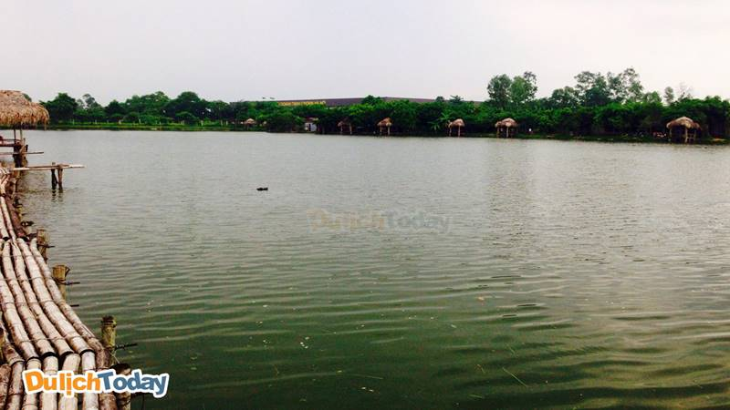 Hồ câu Tứ Hải có khuôn viên thoáng rộng và yên tĩnh