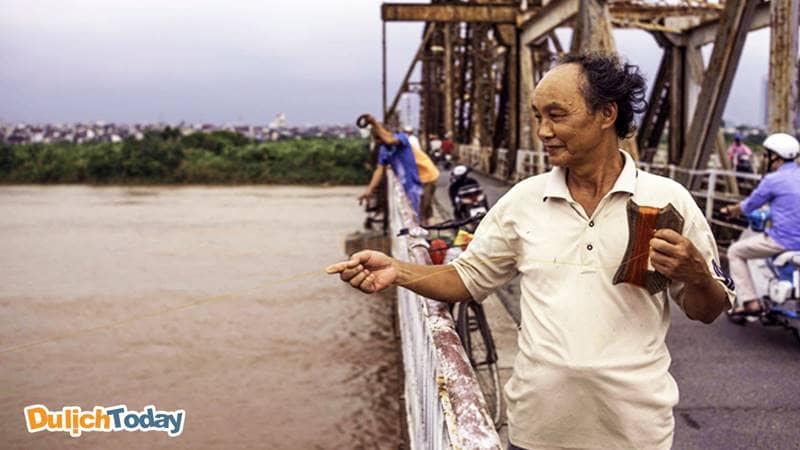 Câu cá Sông Hồng trên cầu Long Biên