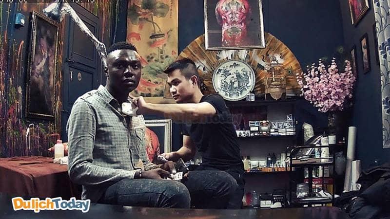 Hoàng Minh Tattoo thu hút không chỉ các bạn trẻ trong nước mà cả nước ngoài