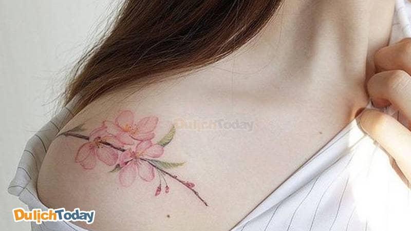 Hình xăm hoa đào nhẹ nhàng nữ tính cho những cô gái của Mr. Tattoo