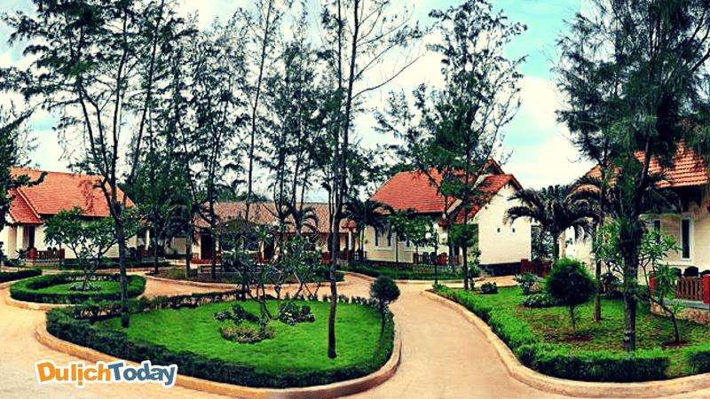 Khuôn viên xanh của Hải Dương Intourco Resort Vũng Tàu với các căn biệt thự nghỉ dưỡng nhỏ riêng biệt