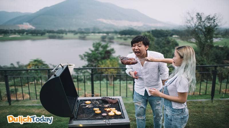 Tiệc nướng BBQ vui nhộn trên sân cỏ ở Golf View Villa xinh đẹp