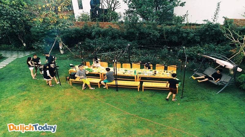 Sân vườn thênh thang là nơi thích hợp để tổ chức BBQ tại Garden Villa.