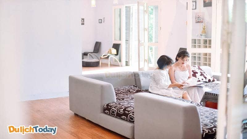 Không gian phòng khách ngập tràn ánh sáng tại The Runaway Villa