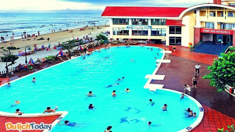 Hồ bơi rộng dành cho cả trẻ em và người lớn tại Intourco Resort Vũng Tàu