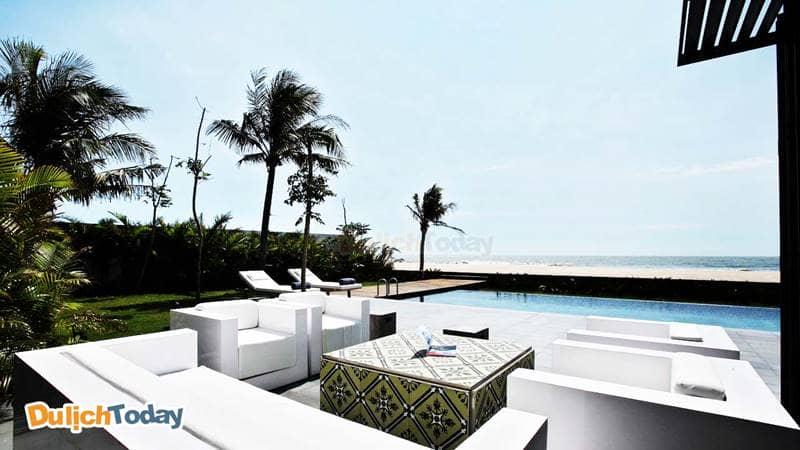Toàn cảnh bể bơi, không gian bên ngoài biệt thự