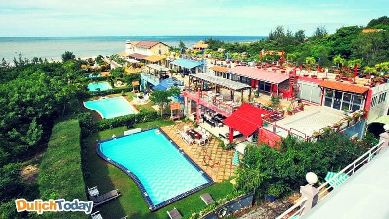 Khuôn viên của An Hoa residence với chuỗi các căn biệt thự liền kề có hồ bơi ngay trước sân