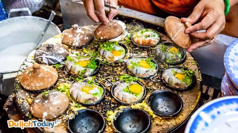 Bánh căn Nha Trang được nướng trong những khay nhỏ