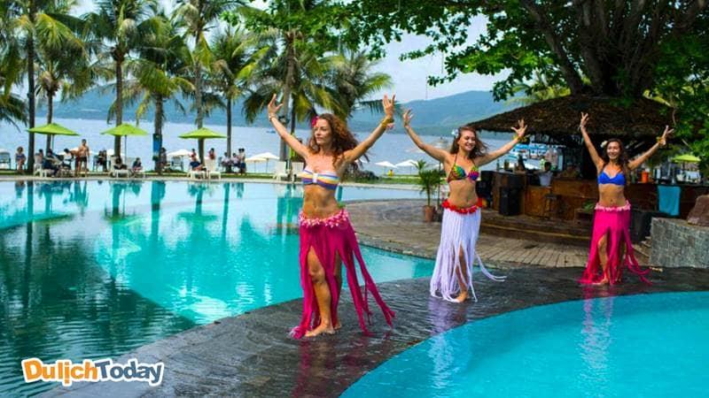 Theo dõi những màn biểu diễn đặc sắc của các vũ công của Merperle resort tại khu vực bể bơi chính