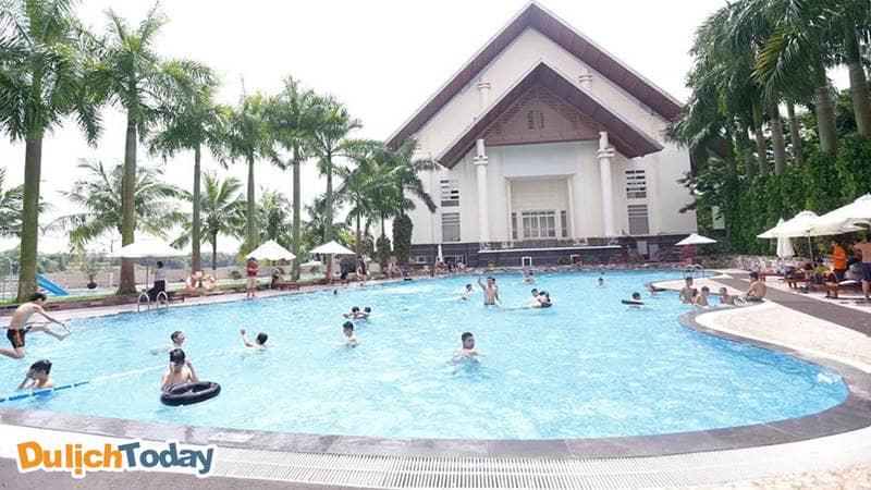 """Bể bơi ven hồ ở Sông Hồng Resort chắc chắn sẽ làm mê hoặc bạn bởi vẻ đẹp """"bất chấp"""" thời gian của nó"""