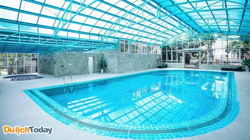 Bể khoáng nóng trong nhà luôn sẵn sàng phục vụ nhu cầu bơi lội và vui chơi của du khách.
