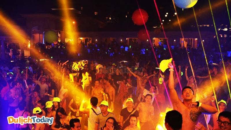 Khách hàng đến Beach Club rất đông vào buổi tối