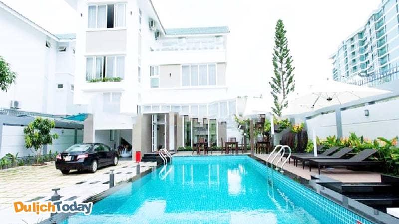 Bể bơi rộng rãi, nằm phía trước biệt thự