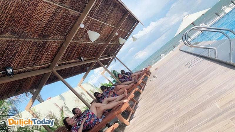 <em>Khách hàng nghỉ mát tại bãi tắm Blue Sapphire Resort</em>