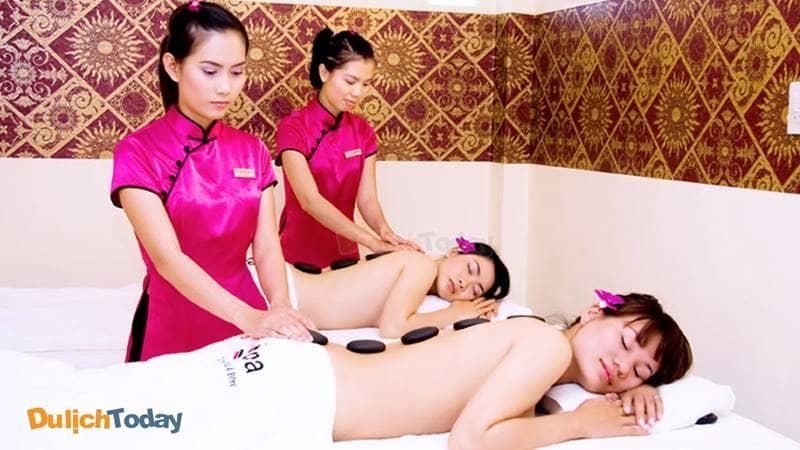 Du khách thư giãn với liệu trình massage body và đá nóng tại Lê Kha Spa