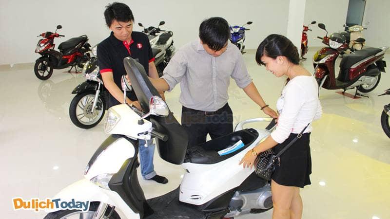Kiểm tra xe trước khi thuê xe máy tại Hà Nội ở một số cửa hàng