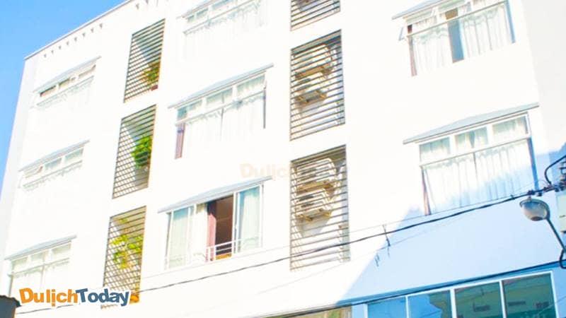 Khách sạn Thiên Nga Family với nhiều phòng có cửa sổ hướng biển