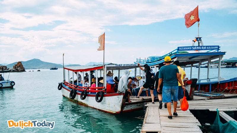 Mua vé tại cảng lên thuyền đi Merperle Hòn Tằm resort