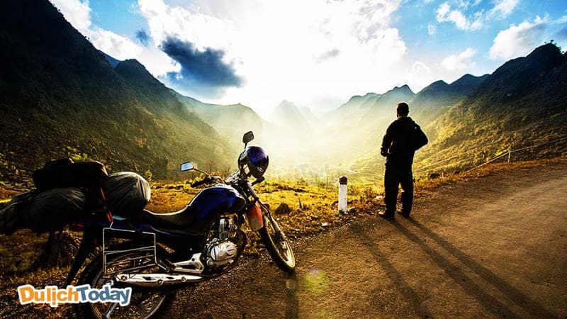 Du khách có thể tự đi xe máy đến khu du lịch Hồ Mây
