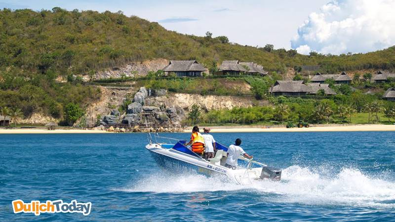 Bạn có thể lựa chọn cano là phương tiện di chuyển đến khu nghỉ dưỡng Hòn Tằm resort